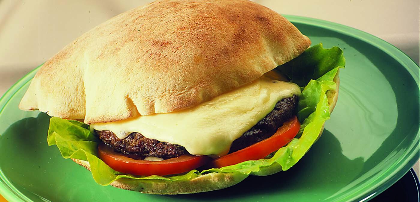 prato verde com um beirute de hamburguer