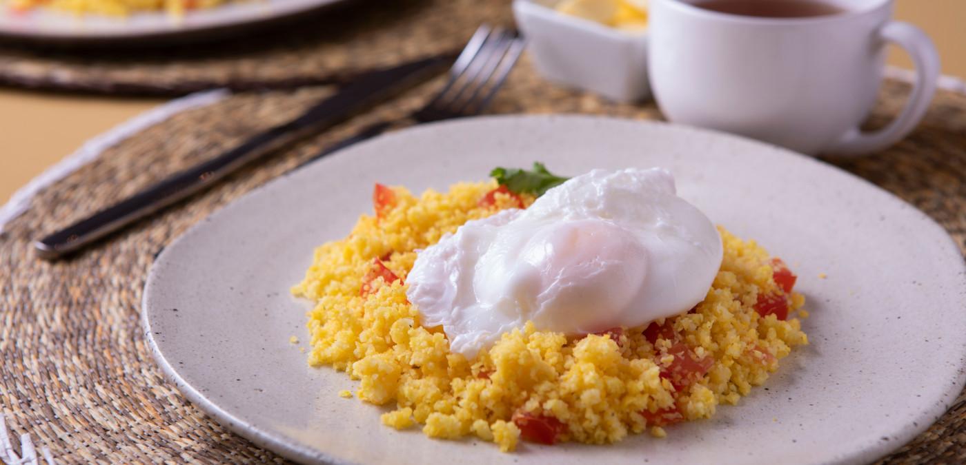 cusucs de milho com ovo pochê