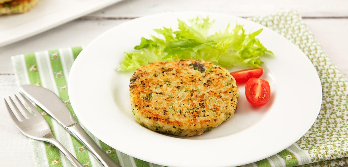 prato branco com uma unidade de hamburguer de arroz e alface