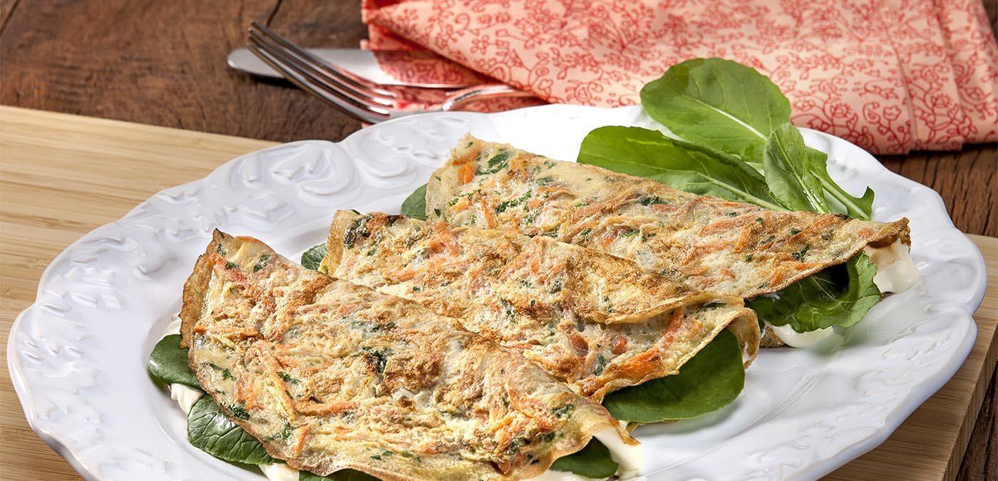Omelete saborosa com mix de cenoura e salsa