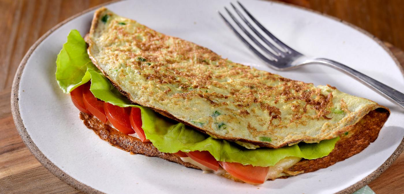 Omelete saborosa recheada com alface e tomate
