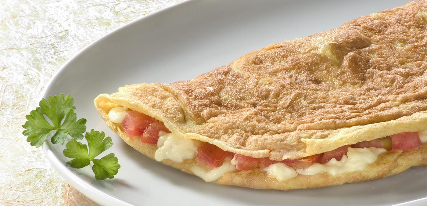 Omelete saborosa recheada com queijo e tomate