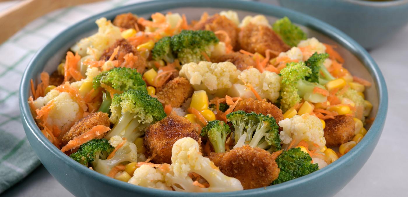 prato de salada primavera com frango empanado
