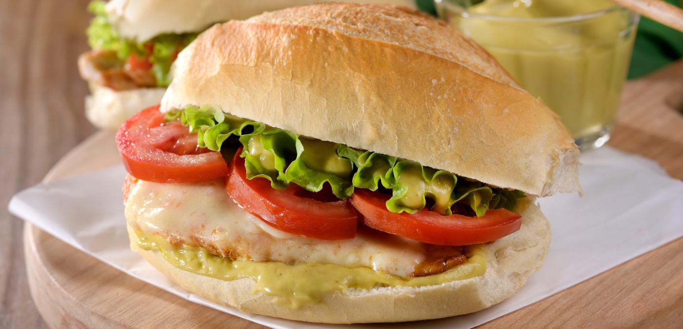 sanduiche de frango com maionese de abacate