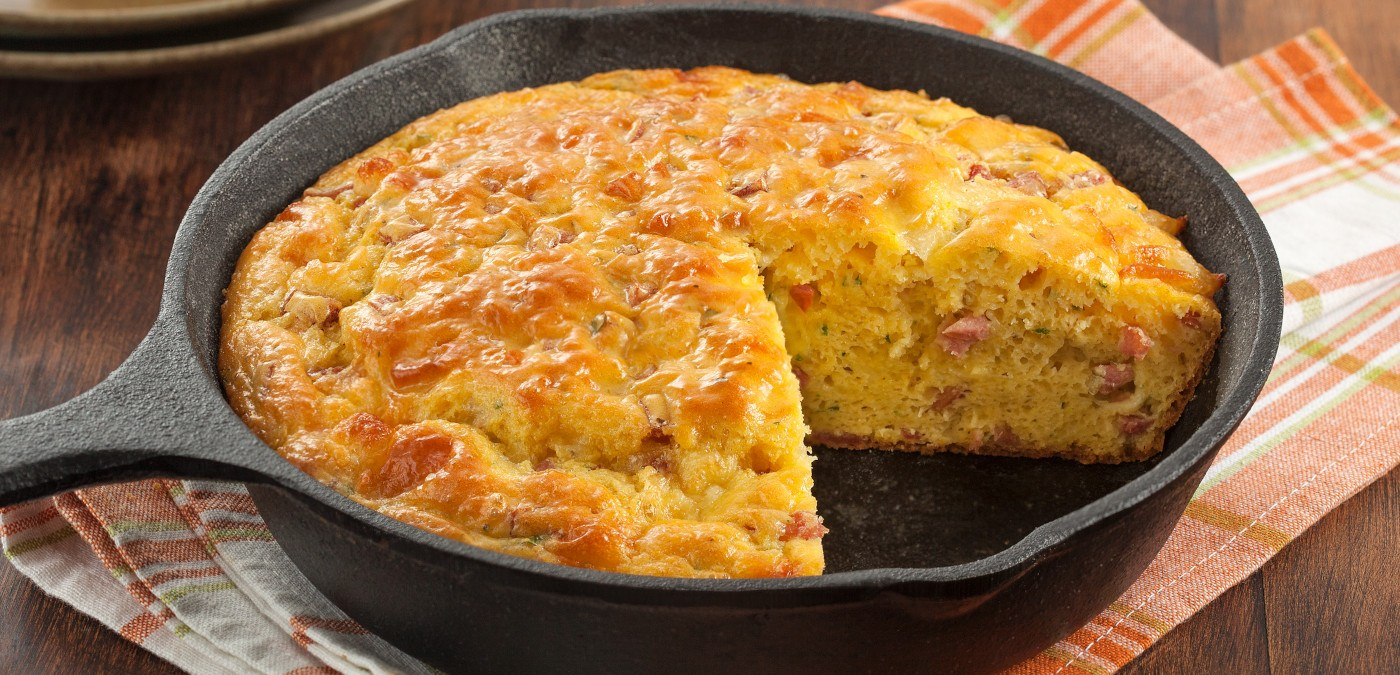 Omelete saborosa com linguiça calabresa, salsa e queijo