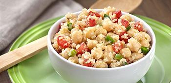 A Salada de Quinoa com grão de Bico é uma ótima opção para o calor
