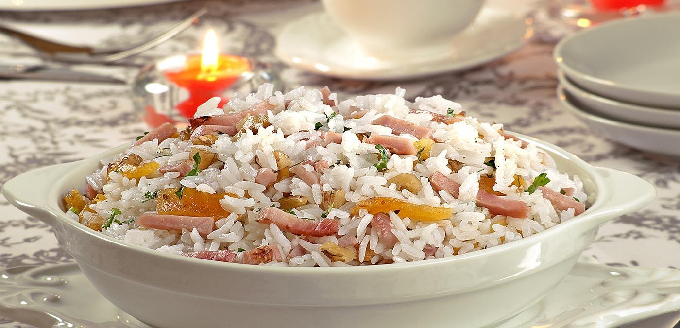 foto de arroz com nozes, castanhas, avelãs e tamara